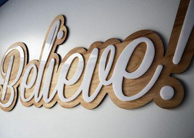 Letrero acero y madera