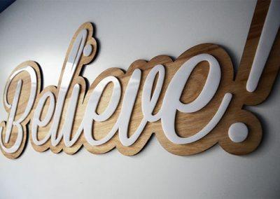letrero madera y acero pulido